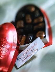 Классический подарок к Дню Святого Валентина - коробка конфет в форме сердца