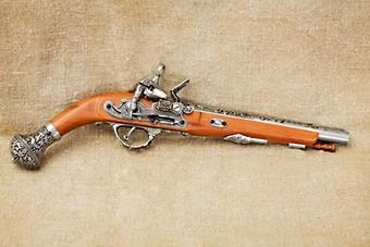 Сувенирный пистолет с серебряной отделкой