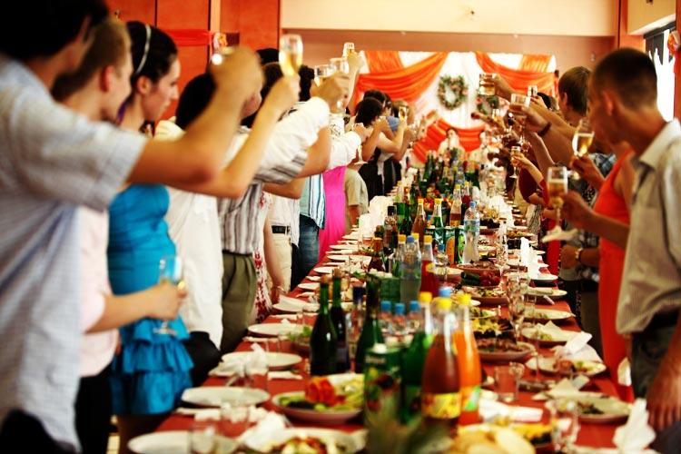 Рассадка гостей за столом — важный этап подготовки банкета
