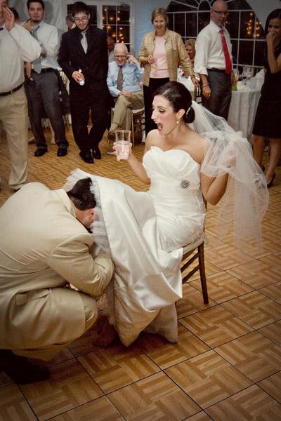 Как жених снимает подвязку невесты